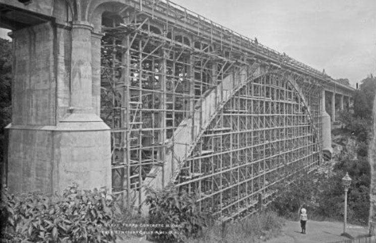 On its completion in 1910, Auckland's Grafton Bridge was the world's largest span-reinforced concrete arch bridge. It took over two and a half years to complete.